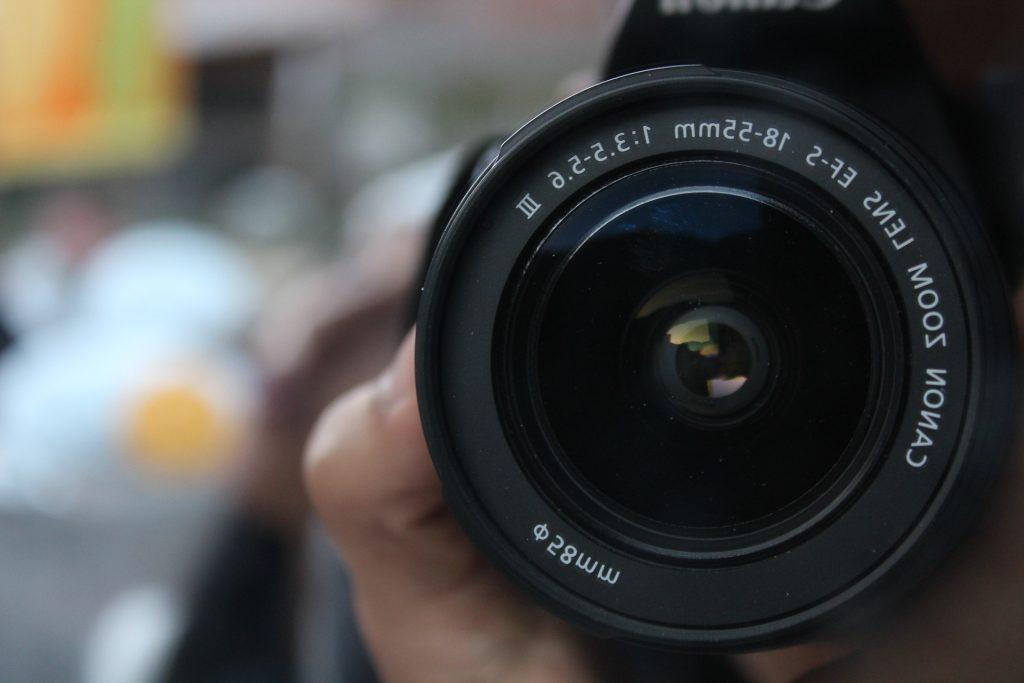 カメラで撮る人