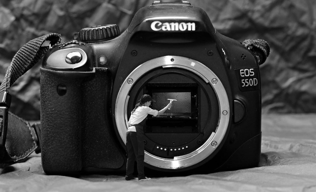 カメラを磨く人