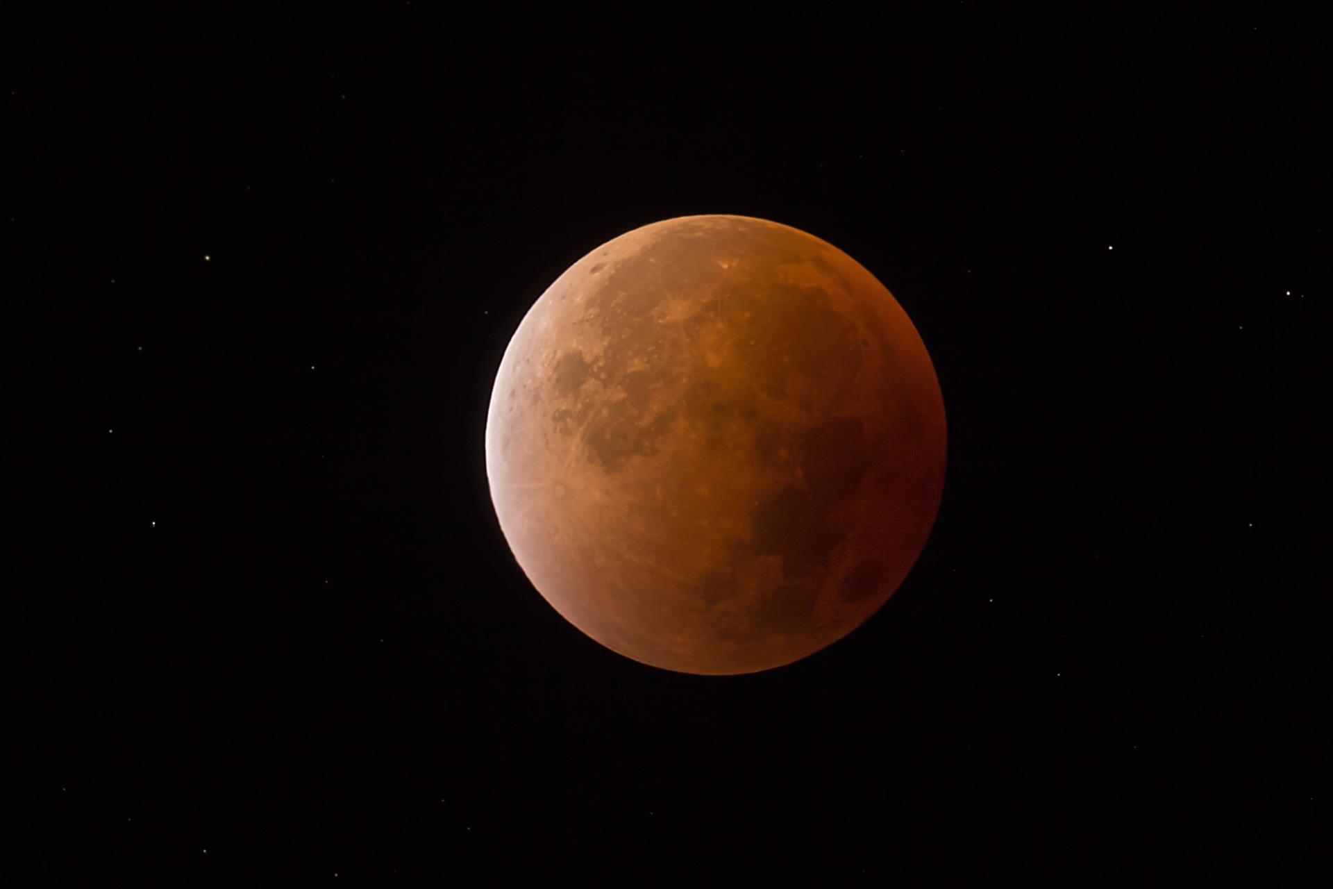 1月31日はスーパー・ブルー・ブラッドムーン(皆既月食)!一眼レフカメラで撮影したい!